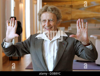 (dpa) - French pantomime artist Marcel Marceau poses during a photo call at the French embassy in Berlin, Wednesday, - Stock Photo