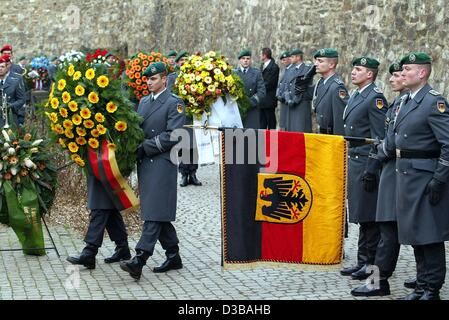 (dpa) - Soldiers of the German Bundeswehr carry wreaths to commemorate the fallen and missing soldiers of the two - Stock Photo
