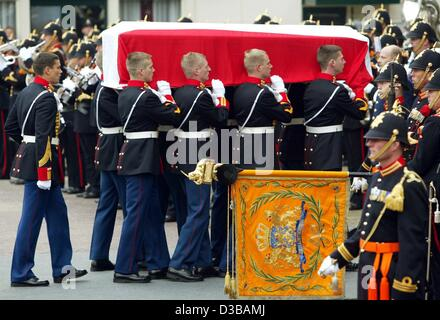 (dpa) - Royal guards carry the coffin of Prince Claus, husband of Dutch Queen Beatrix, into the church in Delft, - Stock Photo