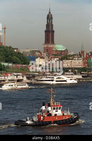 (dpa files) - A view over the River Elbe (Labe) to the landmark Michaelis Church, nicknamed 'the Michel', Hamburg, - Stock Photo