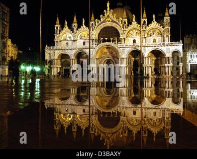 (dpa) - The Cathedral of San Marco is reflected in the remaining floodwaters in Venice, Italy, 17 November 2002. - Stock Photo