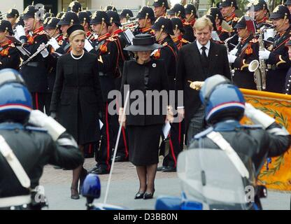 (dpa) - Queen Beatrix of the Netherlands (M), her son Crown Prince Willem Alexander and his wife Maxima are leaving - Stock Photo