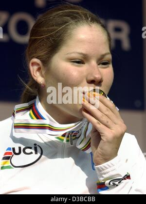 (dpa) - Dutch cyclist Suzanne de Goede kisses her gold medal during the award ceremony after the Women's Junior - Stock Photo