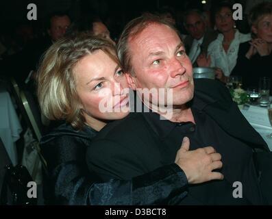 (dpa files) - Uta Gruenberger holds close her boyfriend, Austrian actor Klaus Maria Brandauer, during a gala in - Stock Photo