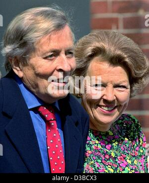 (dpa files) - Queen Beatrix of the Netherlands meets her husband, Prince Claus, after a cancer treatment at the - Stock Photo