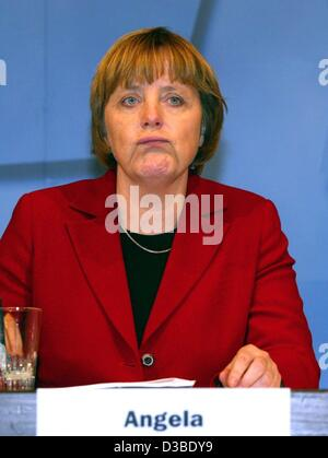 (dpa) - Angela Merkel, Chairwoman of the CDU party, stands behind a lectern in the election campaign for the upcoming regional elections in the German state Lower Saxony, Osnabrueck, Germany, 23 January 2003. Merkel accuses Chancellor Schroeder of not taking the work of weapon inspectors of the Unit