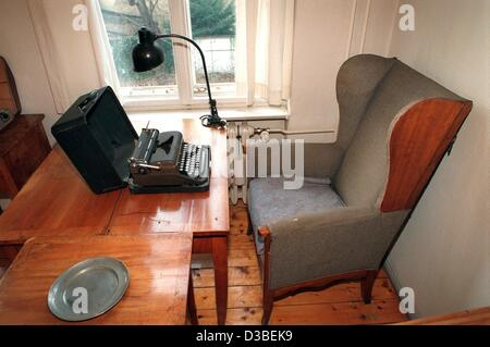 (dpa files) - A view of the desk of German author Bertholt Brecht in Chausseestrasse 125 in Berlin, 11 January 1996. - Stock Photo