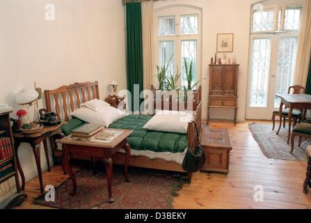 (dpa files) - A view of the bedroom of German author Bertholt Brecht and his wife, actress Helene Weigel, in Chausseestrasse - Stock Photo