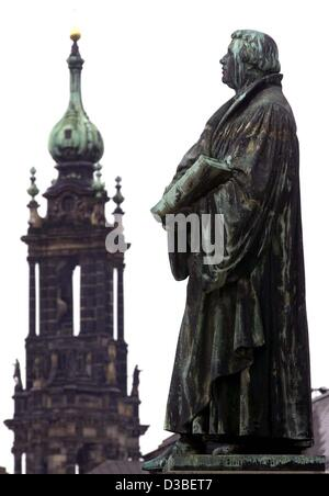 (dpa files) - A statue of reformer Martin Luther stands at the protestant 'Frauenkirche' church looking over to - Stock Photo