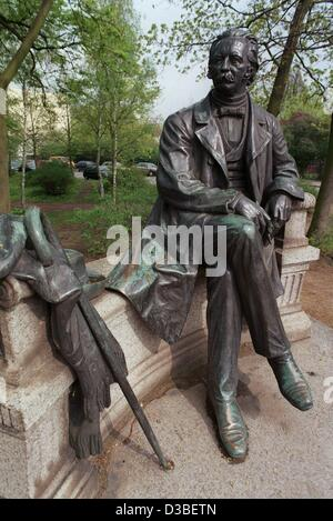 (dpa files) - A sculpture in his native town Neurupping shows German author Theodor Fontane as a resting wanderer, - Stock Photo