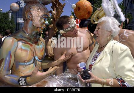 (dpa) - Irmgard Hiege from Berlin talks to two 'gay guys from outer space' during the traditional parade of homosexuals - Stock Photo