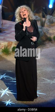 (dpa) - British singer Petula Clark performs during the ZDF 'Sommerhitfestival' television show in Berlin, 5 June - Stock Photo