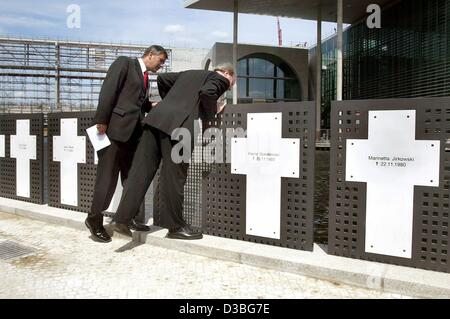 (dpa) - Klaus Wowereit (L), acting mayor of Berlin and Wolfgang Thierse, President of the German Bundestag examine - Stock Photo
