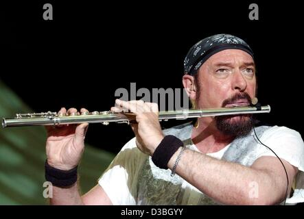 (dpa) - Ian Anderson (L), Head of the music group 'Jethro ...