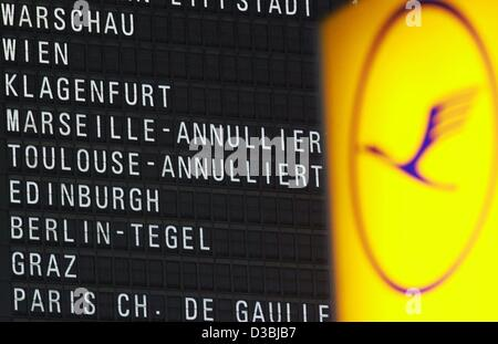 (dpa) - The departure board at Frankfurt Airport shows that flights to Marseille and Toulouse are cancelled, Germany, - Stock Photo