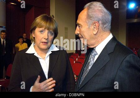 (dpa) - Former Israeli Foreign Minister Shimon Peres chats with German party leader Angela Merkel after he received an honoury Osgar peace prize in Leipzig, Germany, 27 March 2003. Peres received the prize for his commitment to peace in the Middle East. The prize is awarded by the German boulevard d
