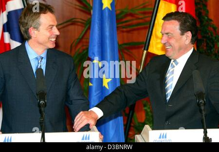 (dpa) - German Chancellor Gerhard Schroeder (R) and British Prime Minister Tony Blair give a joint press conference - Stock Photo