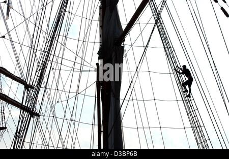 (dpa) - A sailor climbs up the main mast of the sailing vessel Sea Cloud II in Hamburg, Germany, 12 August 2003. - Stock Photo
