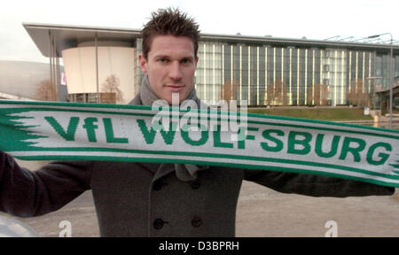 (dpa) - Belgian national team player Peter van der Heyden holds up a fan scarf of his future team VFL Wolfsburg - Stock Photo