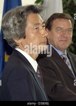 (dpa) - German Chancellor Gerhard Schroeder (R) and Japanese Prime Minister Junichiro Koizumi (L) give a press conference - Stock Photo