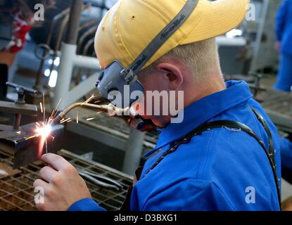 (dpa) - A young man lerns how to weld as part of his first year apprenticeship in the workshop of a cement works - Stock Photo