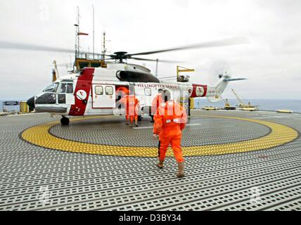 (dpa) - Workers board a helicopter which will carry them back to the mainland, on a gas and oil rig in the North - Stock Photo