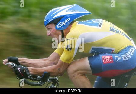 (dpa) - US Postal-Berry Floor's Lance Armstrong from the US powers through pouring rain during the individual time - Stock Photo