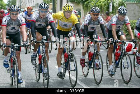 (dpa) - US Postal-Berry Floor's Lance Armstrong (C) from the US, wearing the overall leader's yellow jersey, rides - Stock Photo