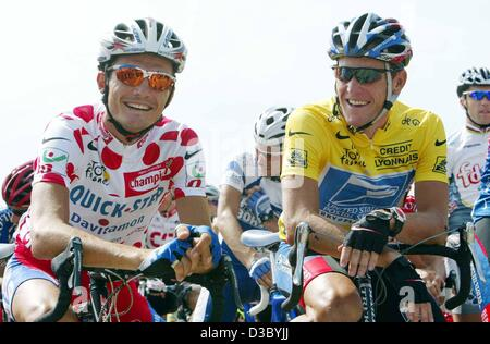 (dpa) - US Postal-Berry Floor's Lance Armstrong (R) from the US, wearing the overall leader's yellow jersey, shares - Stock Photo