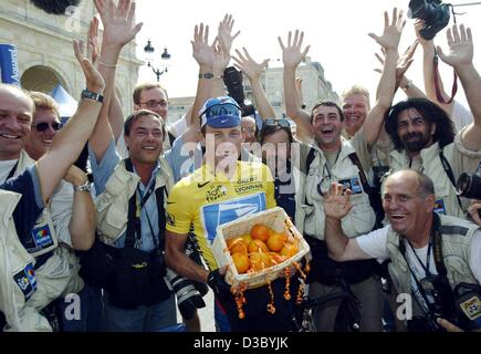 (dpa) - US Postal-Berry Floor's Lance Armstrong from the US holds a basket with oranges after receiving the 'Prix - Stock Photo