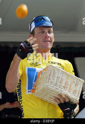 (dpa) - US Postal-Berry Floor's Lance Armstrong from the US throws an orange after receiving a basket with oranges, - Stock Photo
