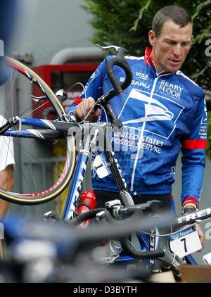(dpa) - US Postal-Berry Floor's Lance Armstrong from the US grabs his bicycle prior a training session on the second - Stock Photo