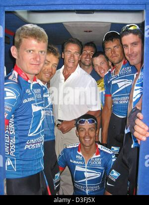 (dpa) - Austrian born US actor Arnold Schwarzenegger (C) poses with the members of the (Team US Postal Service-Berry - Stock Photo