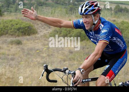 (dpa) - US cyclist and front-runner Lance Armstrong (Team US Postal Service-Berry Floor), smiles and gestures while - Stock Photo
