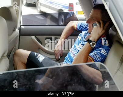 (dpa) - US cyclist and front-runner Lance Armstrong (Team US Postal Service-Berry Floor), sits in the back of a - Stock Photo