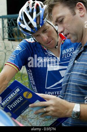 (dpa) - US cyclist and front-runner Lance Armstrong (L) (Team US Postal Service-Berry Floor), looks at a map with - Stock Photo