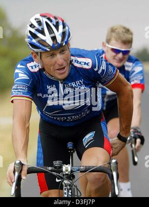 (dpa) - US cyclist and front-runner Lance Armstrong (L) (Team US Postal Service-Berry Floor), rides his bicycle - Stock Photo