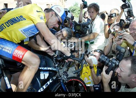 (dpa) -  US cyclist Lance Armstrong (Team US Postal Service-Berry Floor) sits on his bicycle surrounded by members - Stock Photo