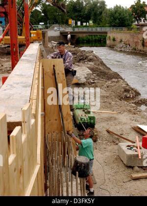 (dpa) - A protective wall for flood protection is being erected along the River Mulde near Eilenburg, eastern Germany, - Stock Photo