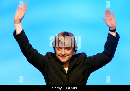 (dpa) - Angela Merkel, Leader of the German Christian Democratic Union (CDU), waves after her speech during the CDU's 18th party congress in Duesseldorf, Germany, 6 December 2004. The party congress takes place under the motto 'Deutschlands Chancen nutzen' (to use Germany's chances). Stock Photo