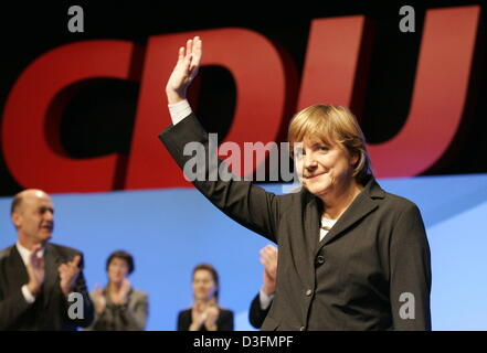 (dpa) - Angela Merkel, Leader of the German Christian Democratic Union (CDU), waves in front of the CDU logo after her speech during the CDU's 18th party congress in Duesseldorf, Germany, 6 December 2004. The party congress takes place under the motto 'Deutschlands Chancen nutzen' (to use Germany's chances). Stock Photo