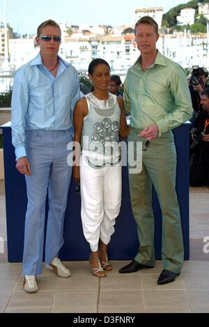 (dpa) - US actress Jada Pinkett-Smith, wife of Will Smith, poses with actor twins Adrian (L) and Neil Rayment, as - Stock Photo