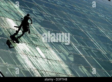 (dpa) - A window cleaner climbes up the glass front of an office building known as the Berliner Bogen in Hamburg, - Stock Photo