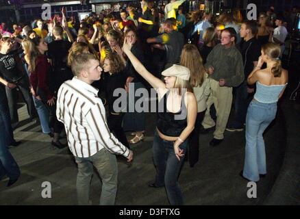 (dpa) - Young people dance at the 'Ground Zero' club in Warsaw, Poland, 18 January 2003. Poland's capital is known - Stock Photo