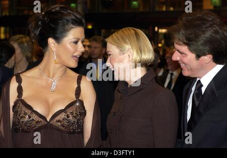 (dpa) - Welsh Hollywood actress Catherine Zeta Jones (L) chats with her co-star Renee Zellweger (C) and film director - Stock Photo