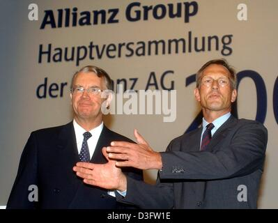 (dpa) - Henning Schulte-Noelle (L), parting CEO of the financial services and insurance group Allianz AG, stands with Michael Diekmann, new CEO and successor of Noelle, during the general meeting (Hauptversammlung) of the Allianz group in Munich, 28 April 2003. In December 2002 Schulte-Noelle had announced to step down. During the general meeting he defended his decision to take ov