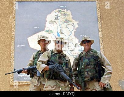 (dpa) - On their day off, US soldiers pose in front of a map of Iraq with its neighbouring countries, in Babylon, - Stock Photo