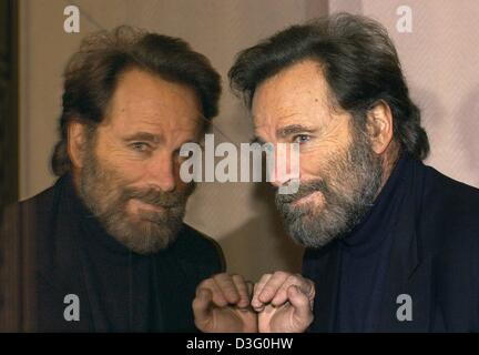 (dpa) - Italian actor Franco Nero poses in front of a mirror in Hamburg, 21 February 2003. He came to Hamburg to - Stock Photo
