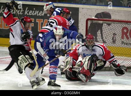 (dpa) - Mannheim's  Canadian striker Mike Kennedy (C) trys to assert himself against Cologne's centre player Tino - Stock Photo