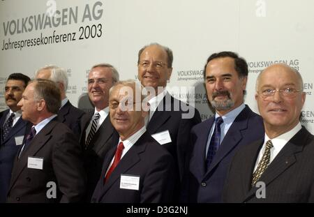 (dpa) - Bernd Pischetsrieder (2nd from R), chairman of the board of directors at Volkswagen (VW) car manufacturers - Stock Photo